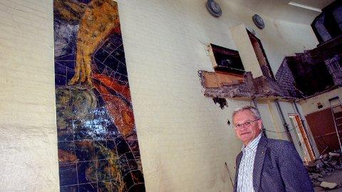 SOLGT VIDERE: Sparebank 1 og banksjef Ivar Listerud kjøpte i 2007 Magne Furuholmens verdifulle keramikk-mosaikk som var på to av veggene i Gimle kultursenter. Nå har banken solgt kunstverket.
