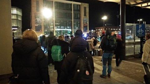 VENTET: Flere reisende fra Oslo S til Moss måtte fredag morgen stå i taxikø.