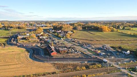 NY VEI: Omkjøringsveien bukter seg til venstre på bildet, vest for den snorrette Larkollveien.