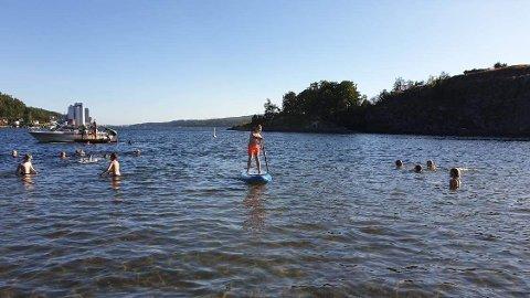 Familien Bakken planlegger å bruke masse tid på mossestrendene i sommer, hvor det skal bades og stå på ståbrett.