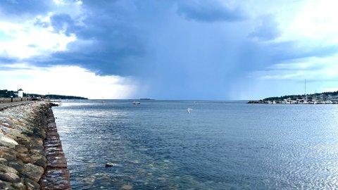 KJØLIGERE: Temperaturene vil synke de neste dagene, men det blir likevel ganske varmt. Bildet er tatt på Sjøbadet tidligere i sommer.