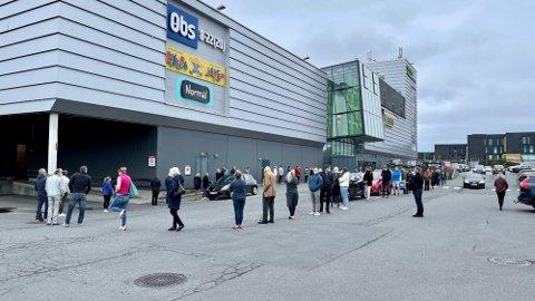 POLKAOS: Da Vinmonopolet på Rygge storsenter åpnet dørene denne lørdagen i april, sto køen helt ut på parkeringsplassen.