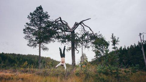 PÅ TVERKE: Det meste går galt for Emil Berntsens karakter når han legger ut på tur i naturen «Lars Monsen-style».