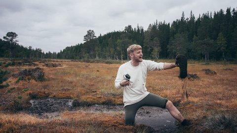 TRØBBEL: Emil Berntsen spiller hovedrollen i «Conny vs. naturen». En karakter i en eksistensiell krise som velger å dra ut for å leve i pakt med naturen. Det viser seg å bli en krevende oppgave for den talentløse drømmeren.