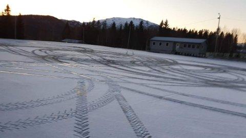 SLIK SER DET UT LØRDAG: Svein Kristian Skeie tok dette bildet av grusbanen på Foldereid lørdag. Han er i likhet med lederen i idrettslaget svært frustrert over at noen velger å ødelegge.
