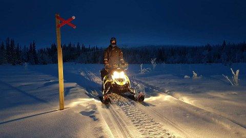 KONTROLL: Politiet og Statens naturoppsyn gjennomførte en snøskuterkontroll i Lierne denne uka, og fant spor etter kjøring utafor løypetraseene.