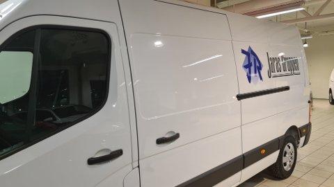 FUNNET: Mandag formiddag ble denne varebilen fra Jaras Gruppen stjålet i Namsos sentrum. I ettermiddag ble den funnet igjen, og mannen som kjørte bilen da den ble stoppet er pågrepet.