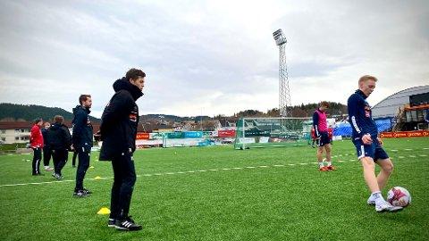 UTVIKLER SPILLERE: Namsosingen Eskil Husby trives godt i Ranheim IL Fotball, hvor 22-åringen blant annet er assistenttrener for rekruttspillerne.