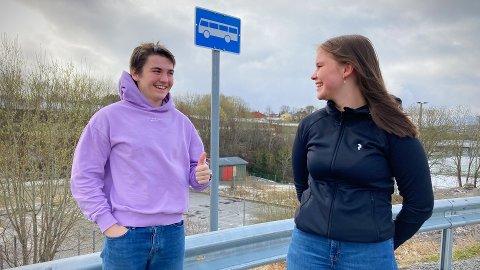TILFREDS UNGDOM: Mathias Lothe Nilsen (17) og Ingrid Ringheim Eldegard (17) føler at ungdomsrådet i stadig sterkere grad får muligheten til å bidra i Nærøysund kommune. Nå har de langt på veg fått det som de vil med flere nye bussruter mellom de to byene i kommunen.