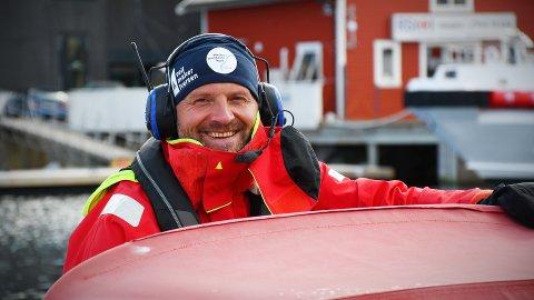 TØFT OG BEFRIENDE: Tom Inge Karlsen har satt seg som mål å reise kysten fra Bergen til Bodø på 40 dager i en liten 15 fot stor plastbåt – et prosjekt han kaller «Verdens barskeste kyst». Halvveis på reisen er han innom Rørvik, og snart står Leka for tur.
