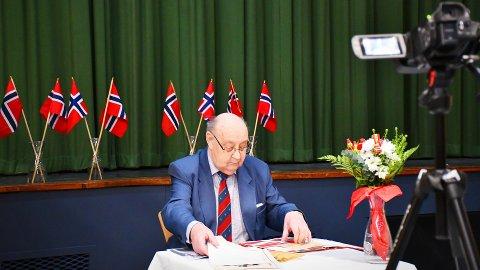 HISTORISK TILBAKEBLIKK: Nærøysund kommune har filmet taler rundt omkring i kommunen. I Rørvik takket Arild Jenssen ja til å dra seerne gjennom en kort historisk tilbakeblikk om både 8. mai og selve nasjonaldagen. Hans innslag og flere til, vil bli sendt på formiddagen på kommunens digitale flater.