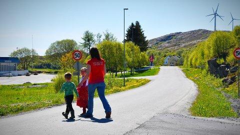 FÅR DET SOM HUN VIL: Sara-Marie Ulsund Stiksrud satte fokus på trafikksikkerheten ved den nye barnehagen på Austafjord. Nå får hun det som hun vil – fartsgrensen reduseres og det kommer fartshumper for å sikre de myke trafikantene.