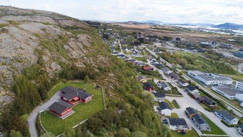 TI MILL.: Denne eneboligen på Rørvik er til salgs for 10 millioner kroner. Da får du en enebolig, en garasje, et grillhus – samt fire svært eksklusive tomter.