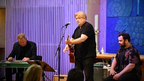 LEVERTE VARENE: Jørn Hoel hadde med seg musikerne Tore Blestrud og Alex Pettersen til Rørvik kirke, og de skapte god stemning med låter som «Ei hand å holde i» og «Har en drøm».