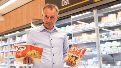 IKKE OST: Anders Nordstad, generalsekretær i Norsk Bonde- og Småbrukarlag, viser fram to pakker med revet «ost» som ikke er ost. Foto: Nina Lorvik (Mediehuset Nettavisen)