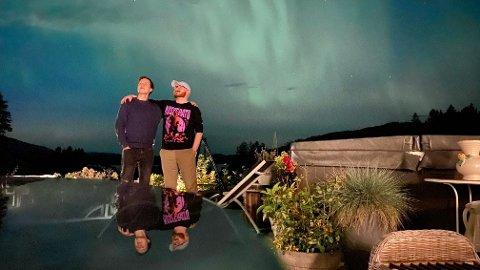 Karl Erik Hovik Aune og Ole Martin Arnøy Langlie nøt det utrolige synet av nordlyset over Otterøya fra verandaen fredag kveld.