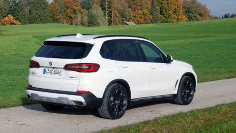 BMW X5 kommer nå i ny utgave, som plug-in hybrid. Bla for å se flere bilder →