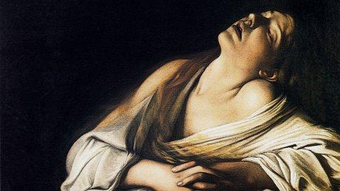 Kunstneren Caravaggio ser for seg Magdalena slik, og maler henne i et Øyeblikk av ekstase – en gåtefull skikkelse som i evangeliene omtales oftere enn Maria, Jesu mor.