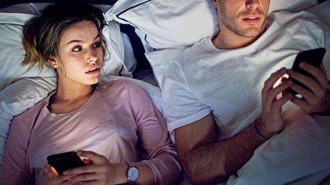 SNOKER: Enkelte sjekker mobilen til partneren sin for å avsløre utroskap.