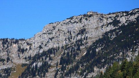 Ørneredet ligger på kanten av et stup. Å komme seg opp denne veien er nær umulig, men nazistene hadde en plan. Bygningen ble reist på rekordtid, og stod ferdig som en gave til Hitler i 1938.