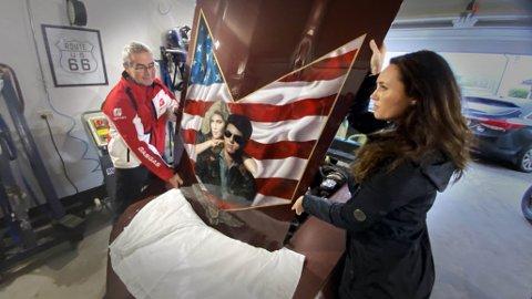 Tor Egil Gravbråten (53) og datter og kunstner, Tine Hartz (33) holder panseret med bildet av Tom Cruise – som skuespilleren har signert.