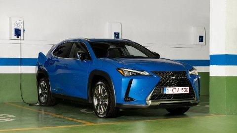 Snart blir dette et vanlig lade-syn også i Norge, den første elbilen fra Lexus er straks på plass. Og den har fått priskutt like før lanseringen.