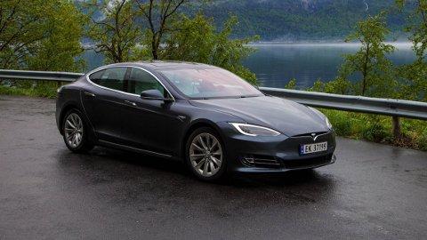 Tesla øker til rekordlang rekkevidde på flaggskipet Tesla Model S, nær 660 kilometer på innstegsmodellen.