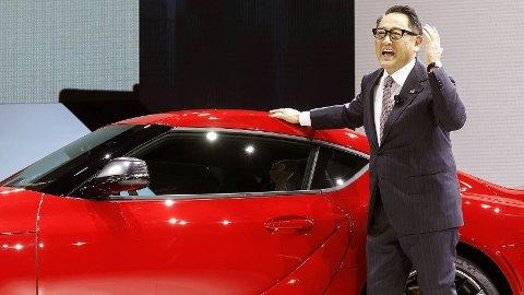 Toyotasjef Akio Toyoda viser fram en konseptbil under en bilmesse i Detroit i 2019. I 2021 forventes det at Toyota viser fram neste generasjons batteriteknologi.
