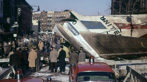 Katastrofe: To passasjerfly krasjet i hverandre over New York 16. desember 1960. Flyene styrtet på Staten Island og Brooklyn. Slik så det ut på krasjstedet i Brooklyn etter ulykken.