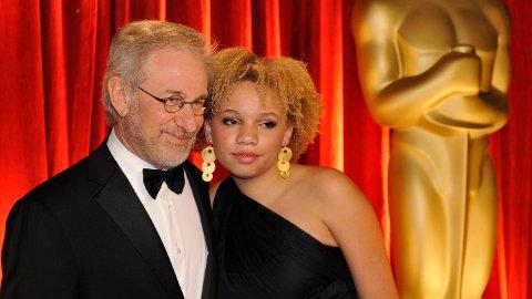 Steven Spielberg og datteren Mikaela George Spielberg, her fotografert på Oscar-utdelingen i 2009.