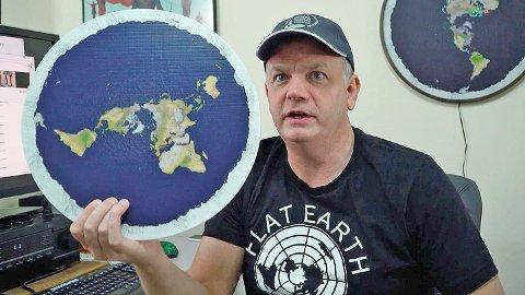 Rund bløff?: Millioner av mennesker tror jorden er flat. Mark Sargent, som er blitt en talsperson for flatjord-teorien, er en av dem. Her fra filmen Behind The Curve som viser samfunnet av teoretikere som jobber for å bevise at jorden er flat.