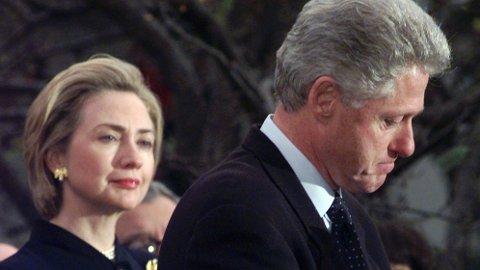Førstedame Hillary Clinton ser på president Bill Clinton mens han takker de som stemte mot riksrett mot ham 19. desember, 1998, på grunn av hans affære med Monica Lewinsky.
