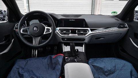 KOMMER I HØST: Senere i høst lanserer BMW en helt ny generasjon M3 og M4. Nå avslører de nye detaljer, blant annet at modellene blir tilgjengelig med firehjulsdrift for første gang. Dette er første smakebit av interiøret, som naturligvis gjenspeiler nye 3- og 4-serie.