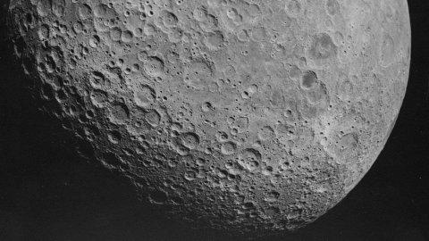 Baksiden av månen, fotografert av mannskapet om bord Apollo 16. For første gang blir denne delen av månen nå nærmere utforsket.
