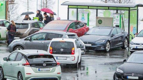 KØER: Årets sommer har vært en skikkelig test for ladenettverket i Norge, svært mange har vært på ferietur med elbil. Det har også gitt køer mange steder. Illustrasjonsfoto:: Fortum.