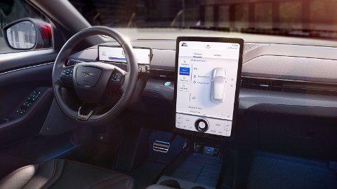 NYHETER: Ford gleder seg til å lansere sin elektriske SUV, Mustang Mach-e, i Norge. Den byr på en rekke nyheter. Noe av det viktigste blir det helt nye infotainmentsystemet – og muligheten for trådløs oppdatering av hele bilen.