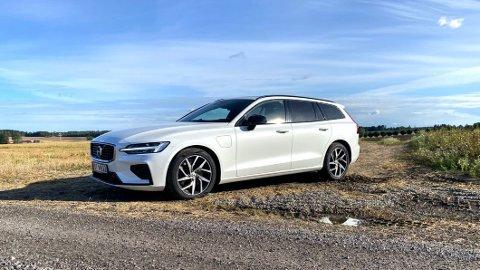Ladeluken på venstre forskjerm røper at dette eksemplaret av Volvo V60 er en ladbar hybrid. Vil du ha bilen med dieselmotor, begynner du å ha seriøst dårlig tid.