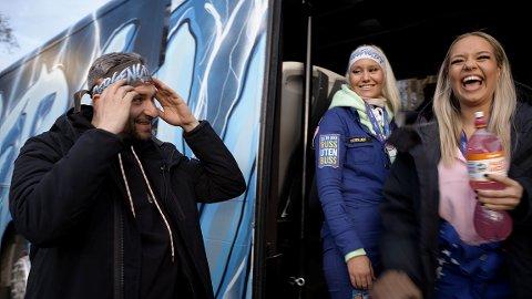 Programleder Leo Ajkic med Vilde og Marikken på russebussen BergenCity2021.