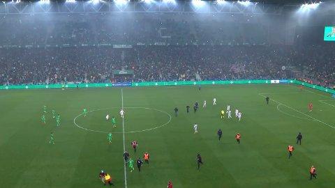 STORMET BANEN: Flere St.Etienne-fans stormet banen etter utligningen mot Lyon.
