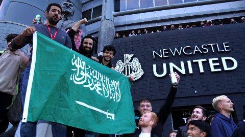 NYE EIERE: Her feirer Newcastle-fansen nye eiere utenfor St. James' Park.