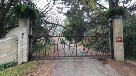 NÆRT FELLESSKAP: Bak denne porten lever et samfunn på en 23 mål stor tomt som de eier sammen. De livnærer seg på å holde en rekke kurs, blant annet om orgasme.