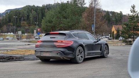 En av årets hotteste elbilnyheter er Porsche Taycan Cross Turismo. Den avdukes offisielt onsdag. Her er en kamuflert utgave på testing i Norge, bare et par dager før lansering.