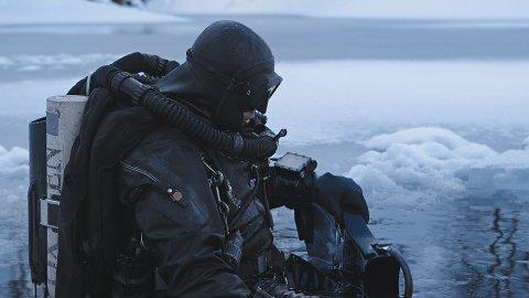 Dykkeren Sami Paakkarinen på vei ned i vannet for å hente likene.