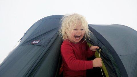 TURVANT: Mina Floriana Read (5) har rundt hundre overnattingsdøgn i telt i året, og mestrer friluftslivet bedre enn de fleste.