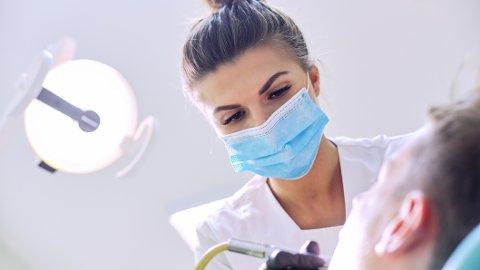 LØSE TENNER: Tannfestesykdommen periodontitt rammer en stor del av befolkningen. Likevel mener eksperten mange har lite kunnskap om den.