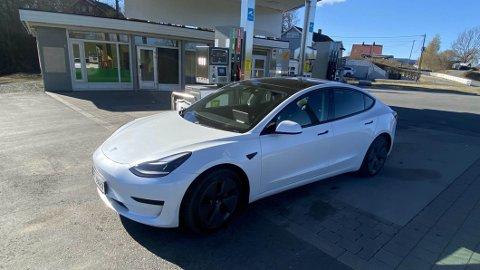 Tesla er det merket som har gjort mest for utviklingen av elbiler. Nye Model 3 er den billigste modellen de har lansert i Norge – og med den trenger du aldri å stoppe på bensinstasjonen igjen.