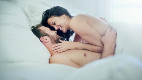 SPENNING OG SPONTANITET: Det er lettere å opprettholde den seksuelle spenningen når man ikke er en del av hverdagen til hverandre. Mange er bevisste på det, og prøver å opprettholde litt mystikk og magi, forklarer sexologen.