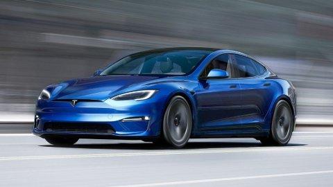 Slik blir «nye» Tesla Model S seende ut. Ikke noen revolusjon på designet. Men innvendig – og ikke minst teknisk – skjer det store ting. Sammen med en fornyet Model X og Model Y, utgjør den en viktig del av utvalget til Tesla neste år.