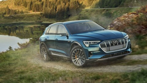 Audi endrer kurs, og det skjer raskt. Nå har de annonsert at bensin- og dieselmotorer er på vei ut. Bildet viser e-tron som er en stor suksess i Norge.