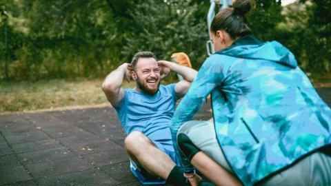 EFFEKTIV TRENING: Styrketrening, gjerne med egen kroppsvekt, kan holde deg slank og hindre overvekt, i tillegg til å bygge muskler.